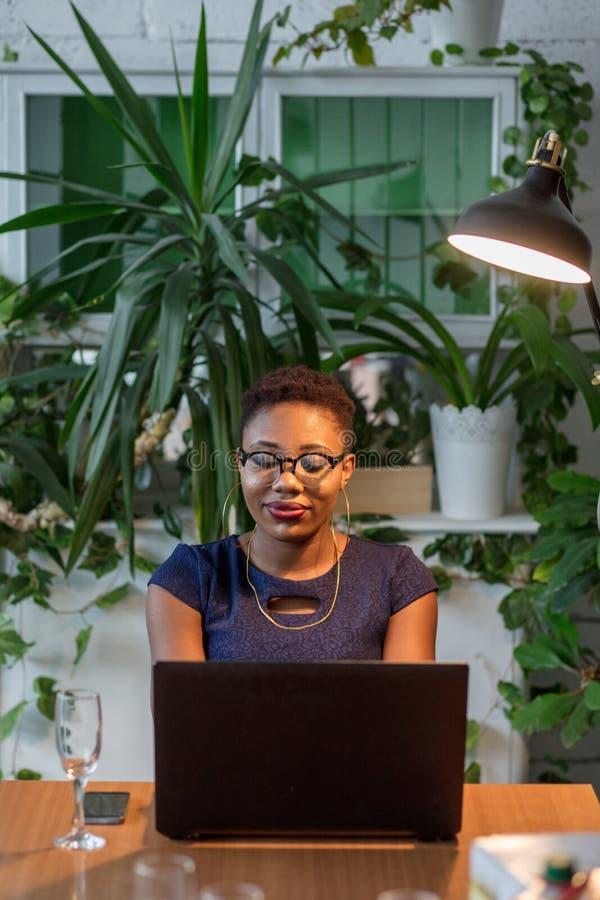 Afrikaans Vrouw het Werk Ontwerp Creatief Concept stock fotografie