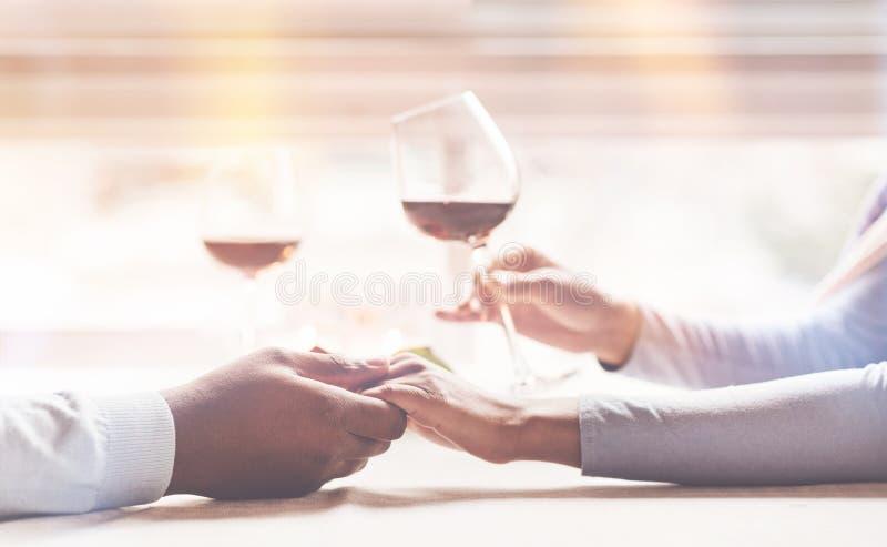 Afrikaans vrouwelijk holdingsglas met rode wijn royalty-vrije stock foto's