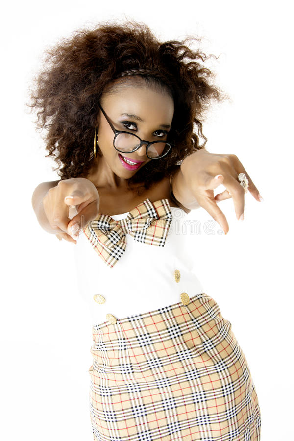 Afrikaans Vrouwelijk Model die met Bril op Camera richten stock foto