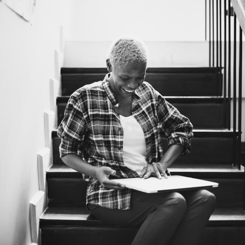 Afrikaans Vrouwenlaptop de Trapconcept van de Gadgetzitting stock fotografie