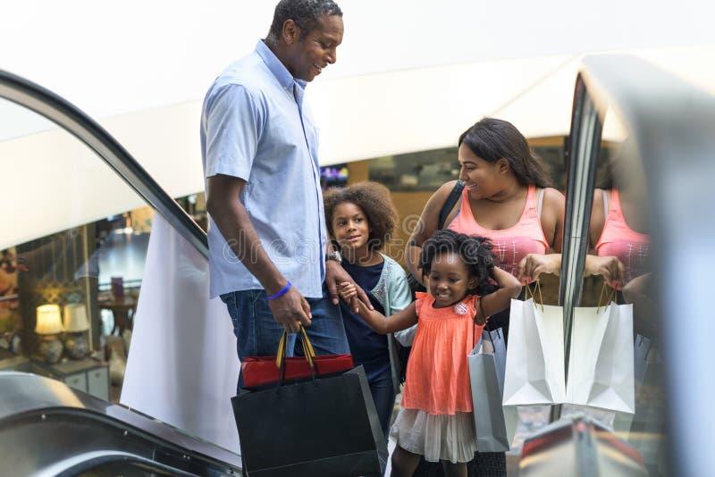 Afrikaanse Afdalingsfamilie die samen bij warenhuis winkelen stock afbeelding