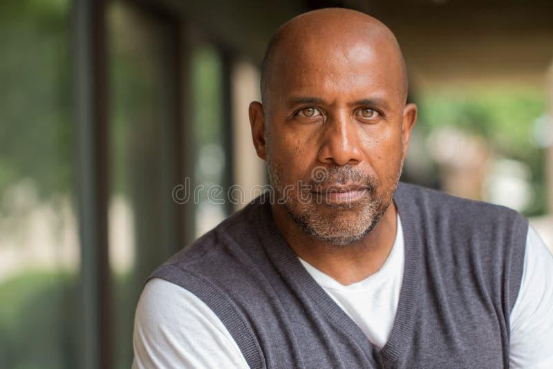 Afrikaanse Amerikaan met een ernstige uitdrukking stock foto