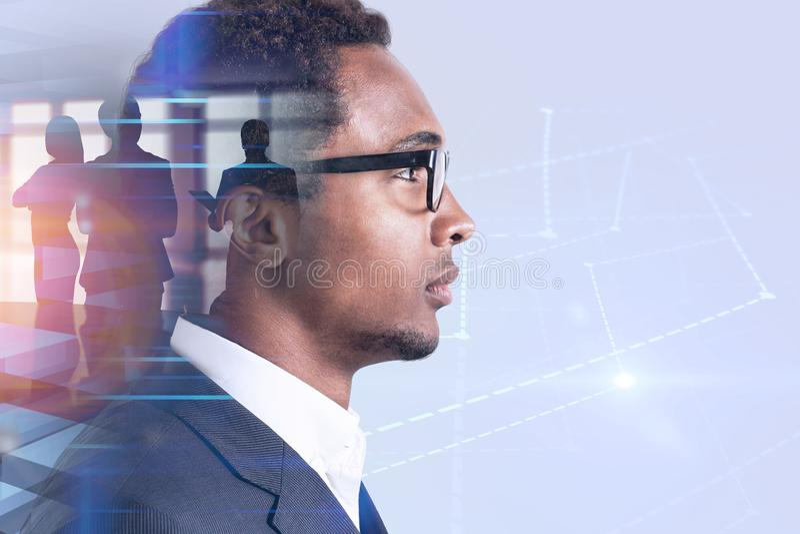 Afrikaanse Amerikaanse bedrijfsleider, grafiekhologram stock afbeelding