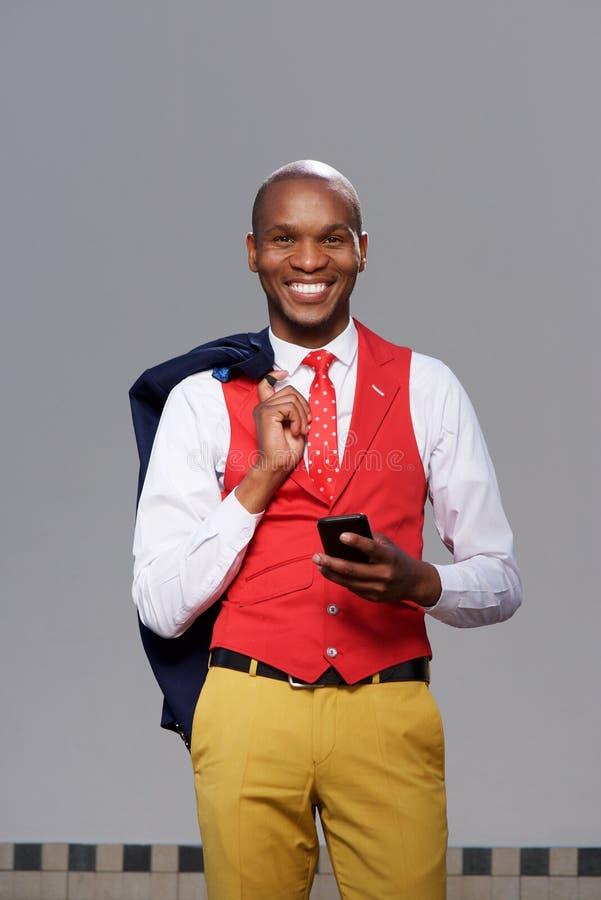 Afrikaanse Amerikaanse bedrijfsmens die met celtelefoon glimlachen royalty-vrije stock afbeeldingen