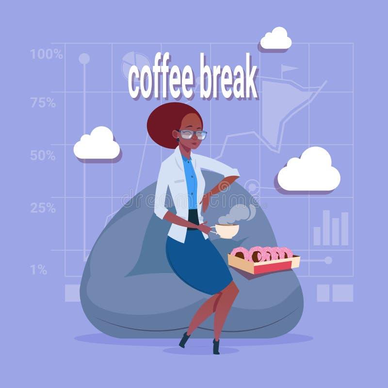 Afrikaanse Amerikaanse Bedrijfsvrouw die Lunch hebben tijdens Koffiepauze in de Streek van het Bureaucomfort royalty-vrije illustratie