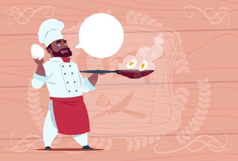 Afrikaanse Amerikaanse Chef-kokcook Holding Frying Pan With Eggs Smiling Cartoon Leider in Wit Restaurant Eenvormig over Houten stock illustratie