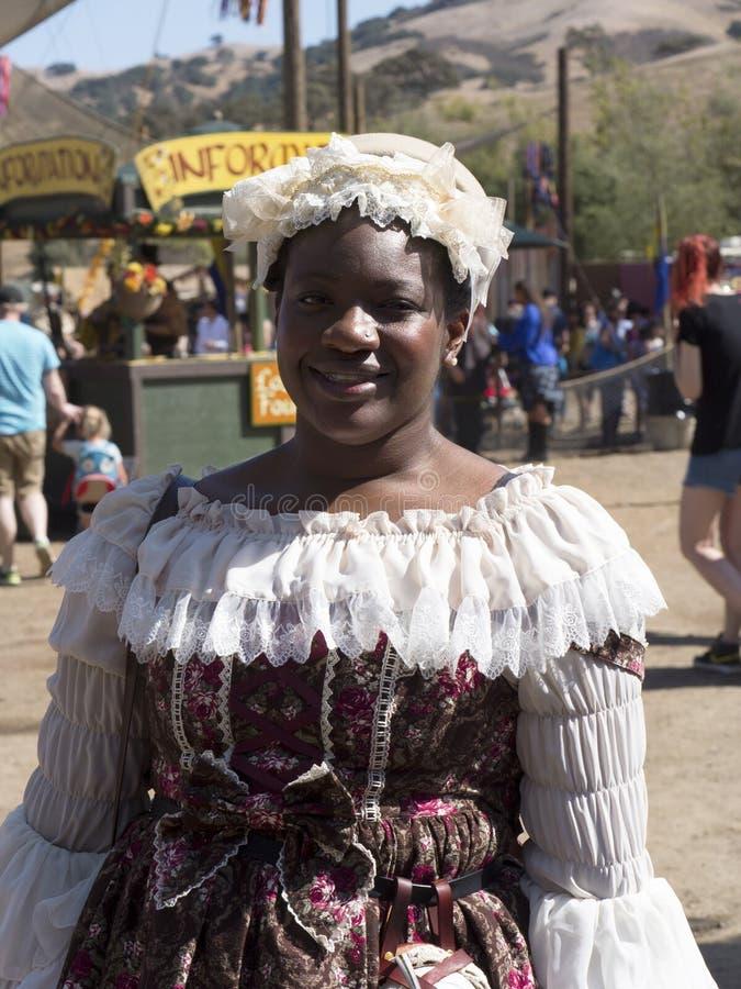 Afrikaanse Amerikaanse Dame die traditionele victorian manier dragen royalty-vrije stock foto's