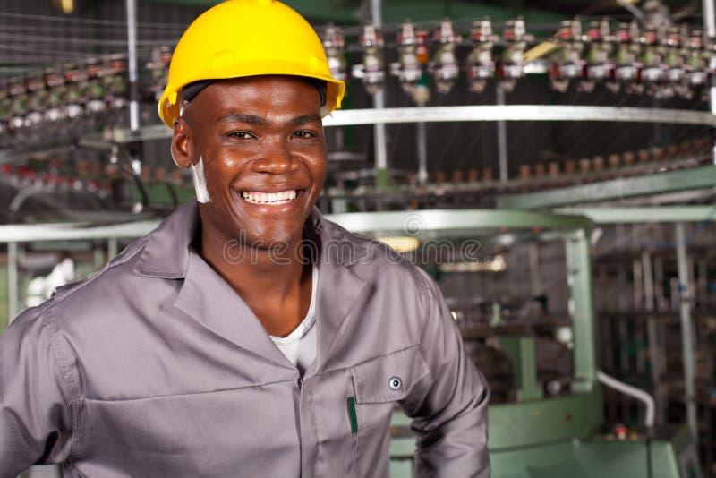 Afrikaanse Amerikaanse fabrieksarbeider royalty-vrije stock fotografie