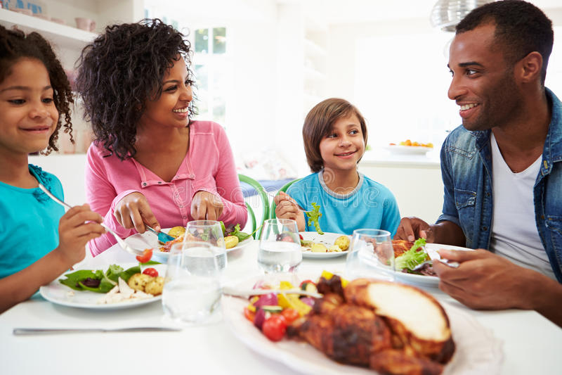 Afrikaanse Amerikaanse Familie die Maaltijd thuis samen eten royalty-vrije stock fotografie