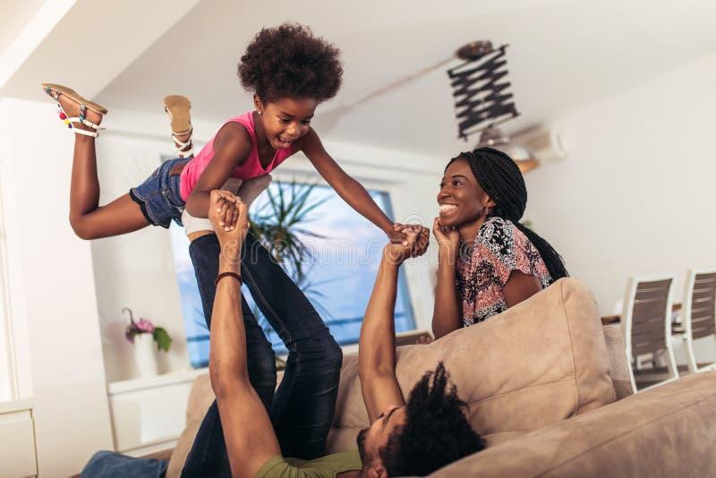 Afrikaanse Amerikaanse familie het besteden tijd samen thuis royalty-vrije stock foto's