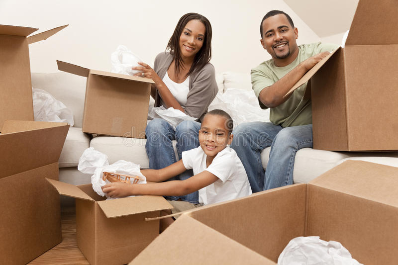 Afrikaanse Amerikaanse Familie met Dozen die zich naar huis bewegen stock fotografie