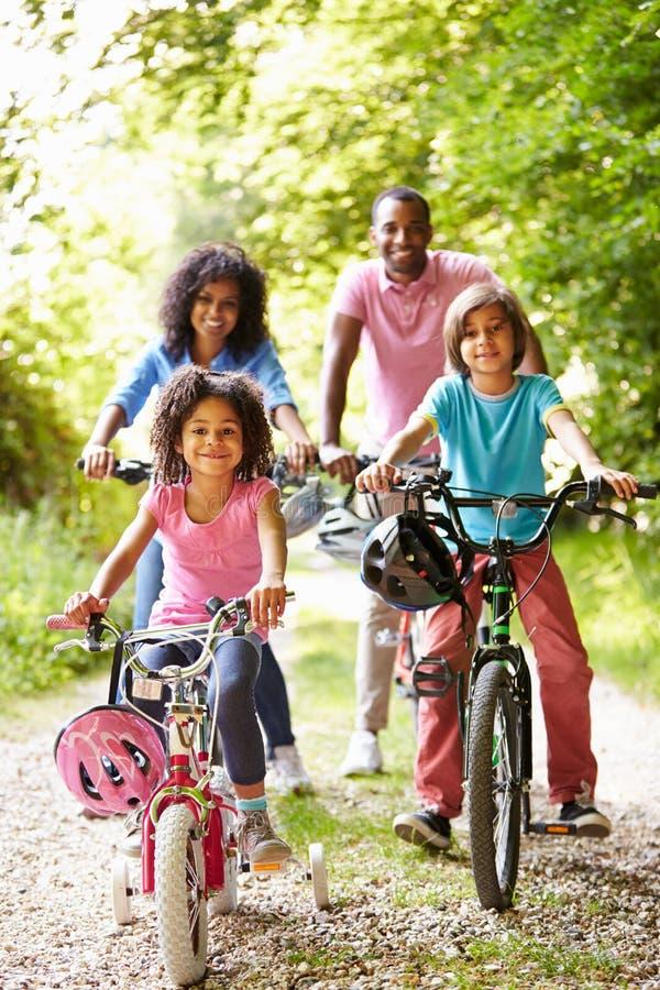 Afrikaanse Amerikaanse Familie op Cyclusrit in Platteland stock foto's