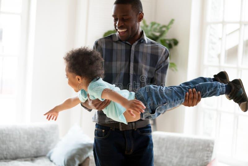 Afrikaanse Amerikaanse gelukkige familie die pret hebben samen thuis royalty-vrije stock foto