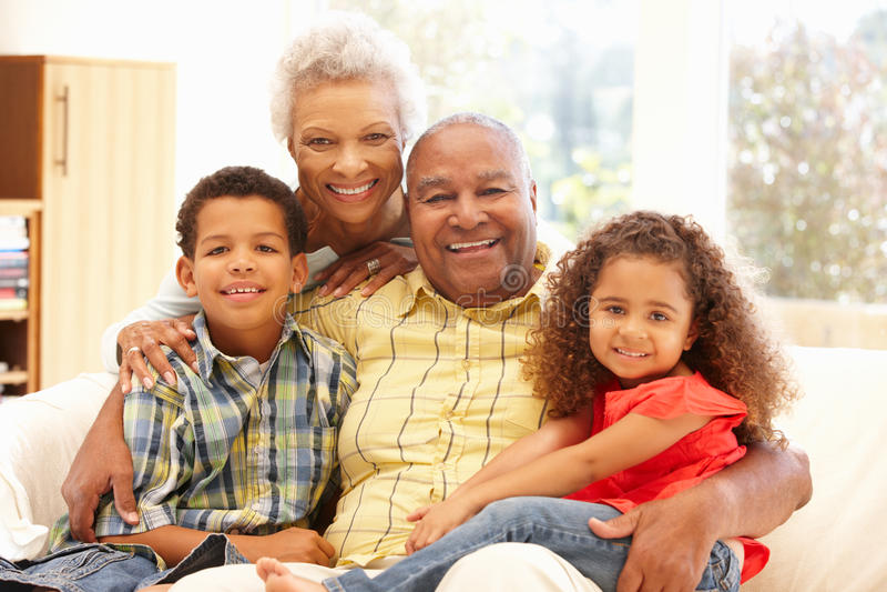 Afrikaanse Amerikaanse grootouders en kleinkinderen stock afbeelding