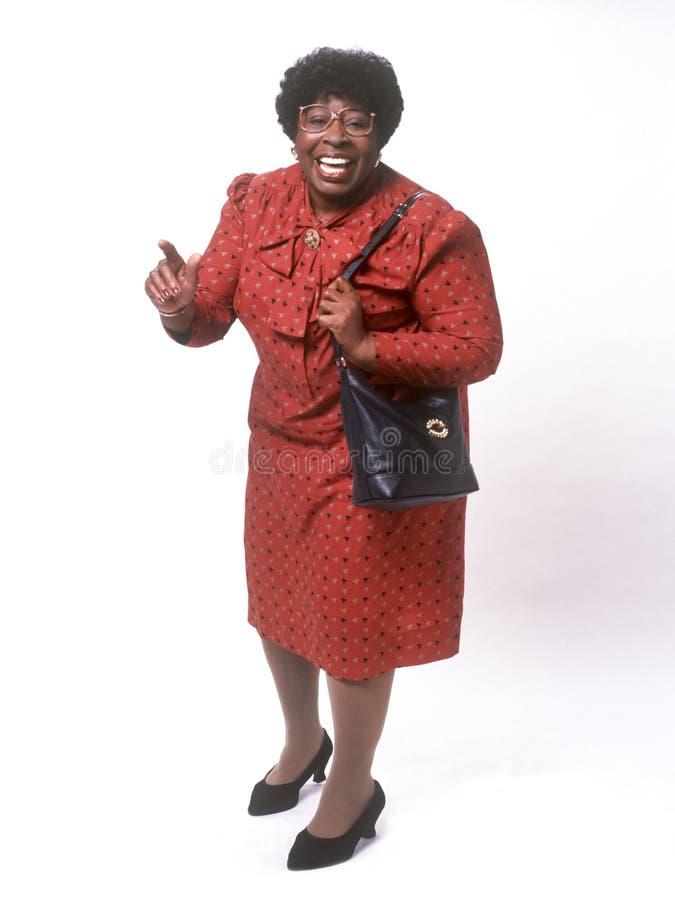 Afrikaanse Amerikaanse hogere vrouw die bij camera glimlacht stock fotografie