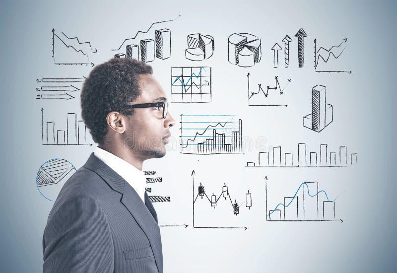 Afrikaanse Amerikaanse infographics van zakenmanglazen royalty-vrije stock foto's