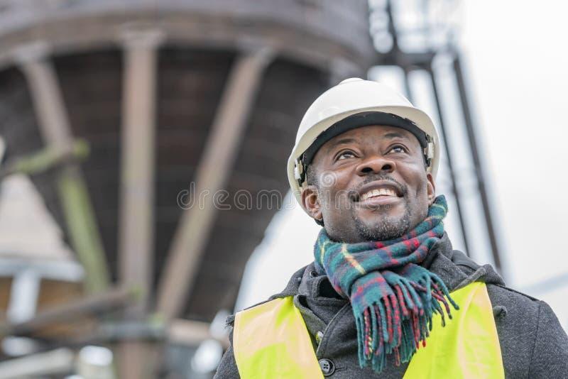 Afrikaanse Amerikaanse ingenieur, portret in openlucht stock afbeeldingen