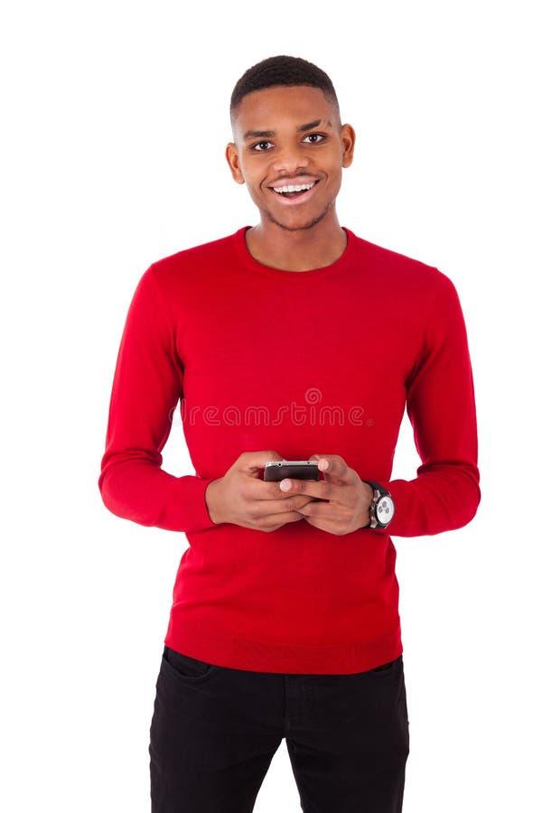 Afrikaanse Amerikaanse jonge mens die een tekstbericht op haar smartph verzenden royalty-vrije stock foto