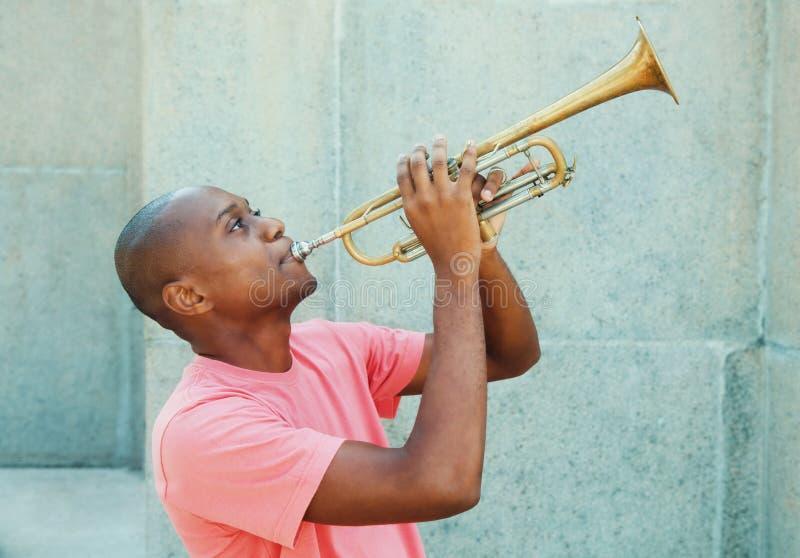 Afrikaanse Amerikaanse kunstenaar met trompet stock afbeelding