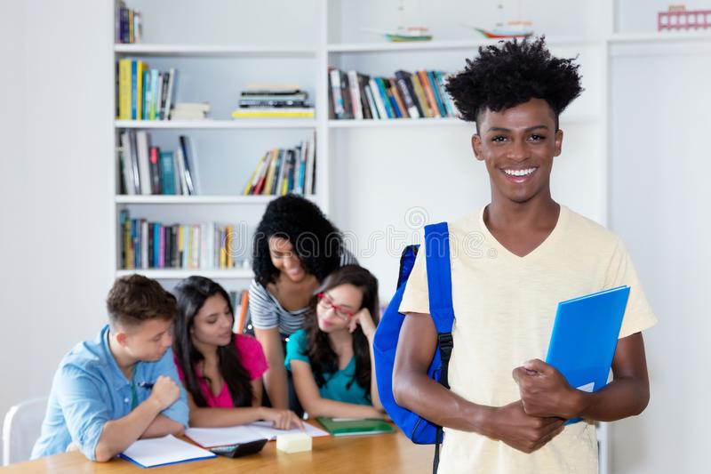 Afrikaanse Amerikaanse mannelijke student met groep internationale studenten royalty-vrije stock foto's
