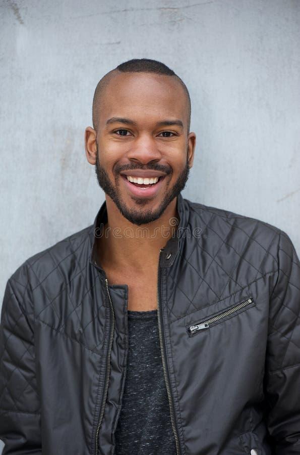 Afrikaanse Amerikaanse mens met gelukkige uitdrukking op gezicht royalty-vrije stock foto