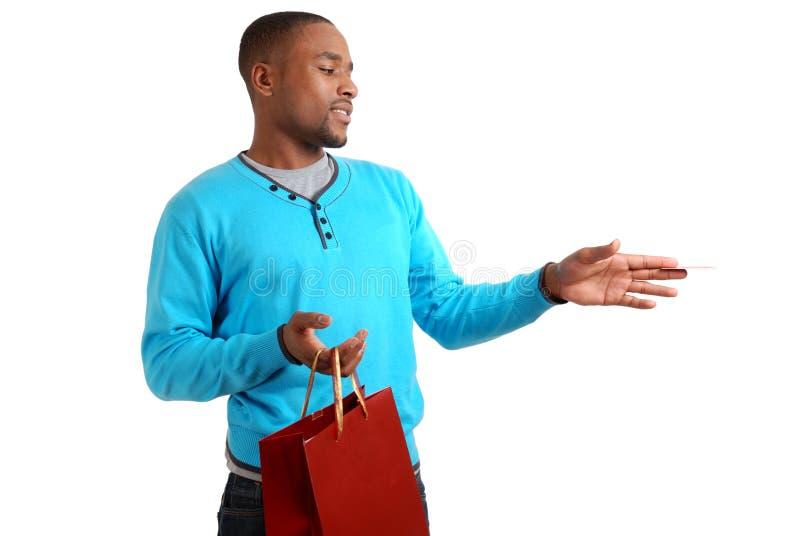 Afrikaanse Amerikaanse mens met het winkelen zak en krediet royalty-vrije stock fotografie