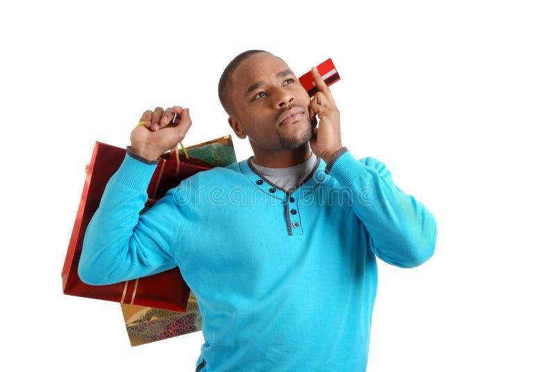 Afrikaanse Amerikaanse mens met het winkelen zak en krediet royalty-vrije stock foto