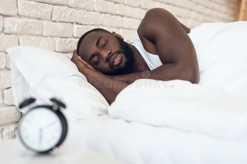 Afrikaanse Amerikaanse mensenslaap in bed royalty-vrije stock foto