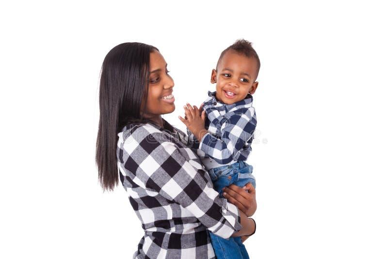 Afrikaanse Amerikaanse moeder die haar houden weinig zoon op whit royalty-vrije stock foto's