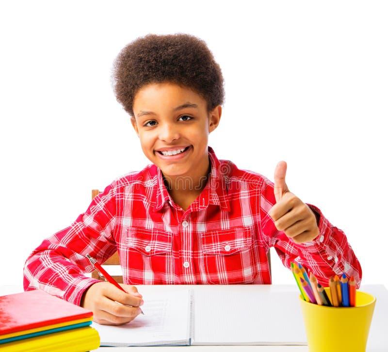 Afrikaanse Amerikaanse schooljongen die duim tonen royalty-vrije stock fotografie