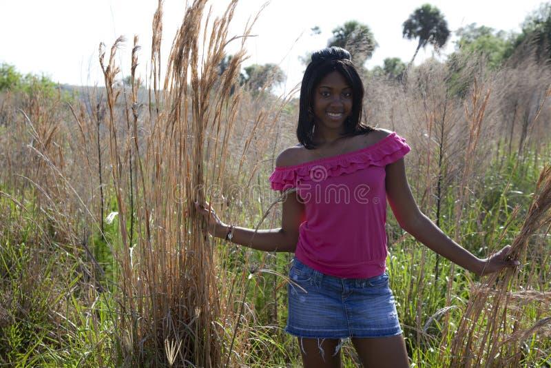 Afrikaanse Amerikaanse tiener in aard stock afbeeldingen