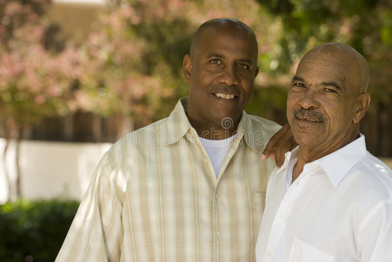 Afrikaanse Amerikaanse vader en zijn volwassen zoon stock afbeelding