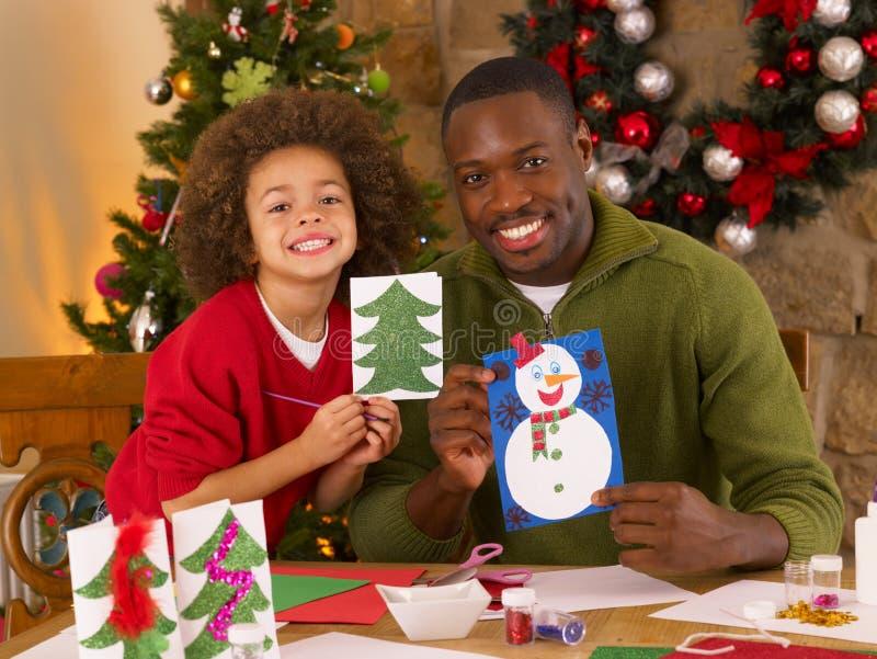Afrikaanse Amerikaanse vader en zoon die kaarten maken stock foto's