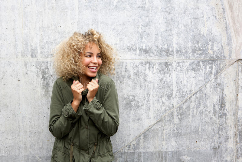 Afrikaanse Amerikaanse vrouw die met jasje warm houdt royalty-vrije stock fotografie