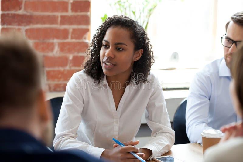 Afrikaanse Amerikaanse vrouw die op bedrijfvergadering spreken royalty-vrije stock fotografie