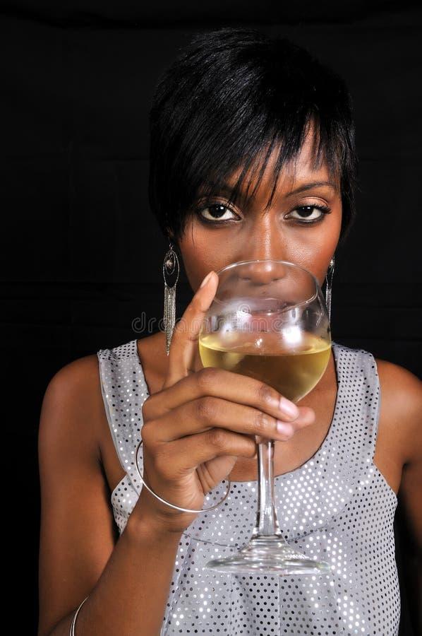 Afrikaanse Amerikaanse vrouw die van wijn geniet stock fotografie