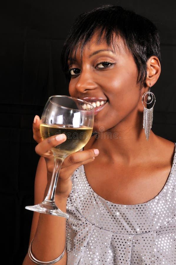Afrikaanse Amerikaanse vrouw die van wijn geniet royalty-vrije stock afbeeldingen