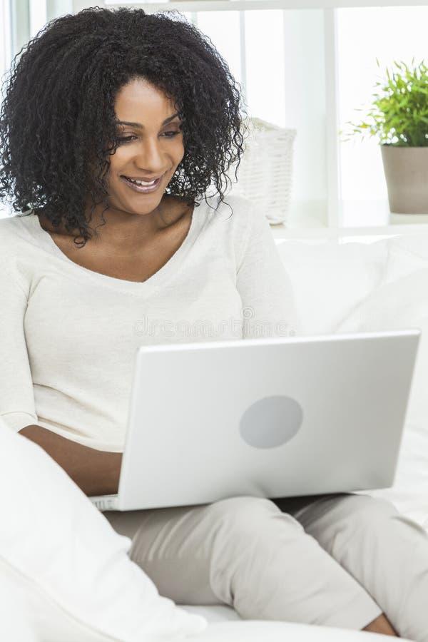 Afrikaanse Amerikaanse Vrouw, Laptop Computer thuis stock foto's
