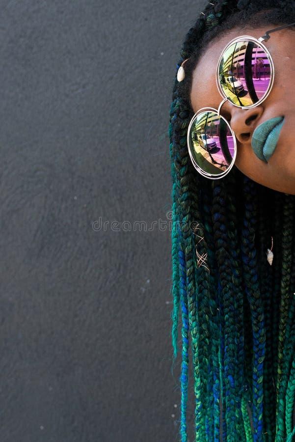 Afrikaanse Amerikaanse Vrouw met Mooi Teal Green Blue Braids stock fotografie