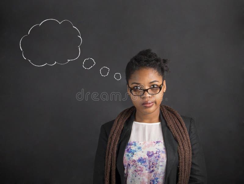 Afrikaanse Amerikaanse vrouwenleraar of student die gedachte wolk denken stock afbeelding