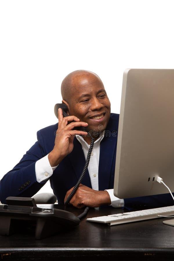 Afrikaanse Amerikaanse zakenman die op de telefoon spreken stock foto