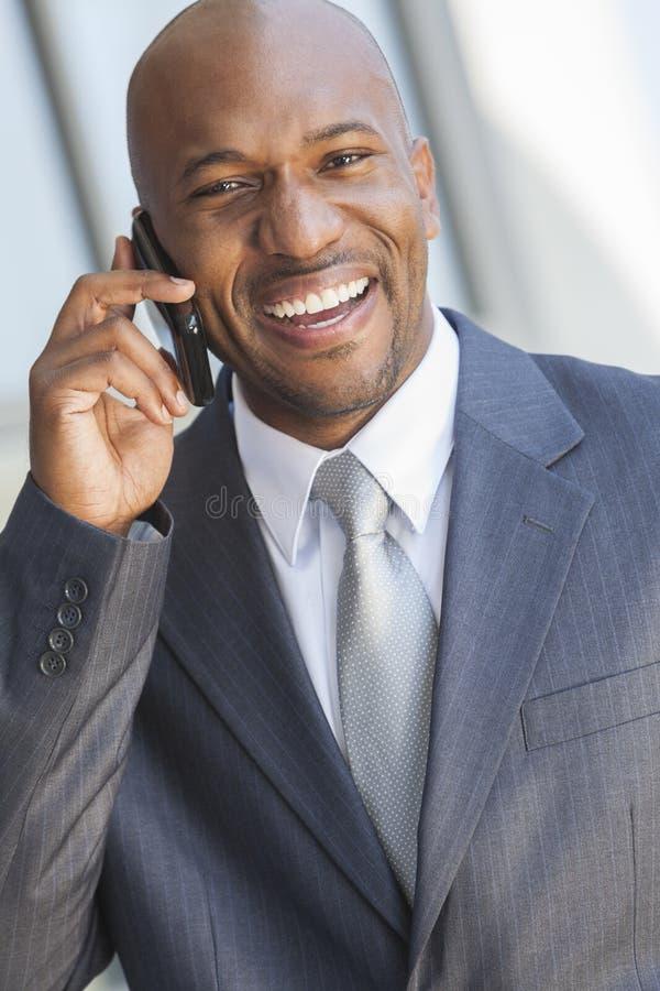 Afrikaanse Amerikaanse Zakenman die op de Telefoon van de Cel spreekt royalty-vrije stock afbeeldingen