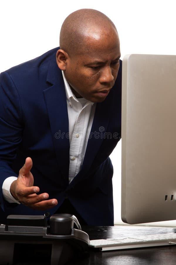 Afrikaanse Amerikaanse Zakenman Looks At Computer royalty-vrije stock afbeelding