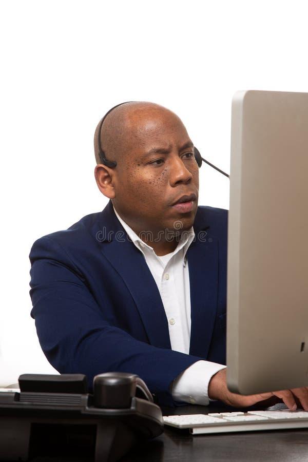 Afrikaanse Amerikaanse Zakenman Looks At Computer royalty-vrije stock foto