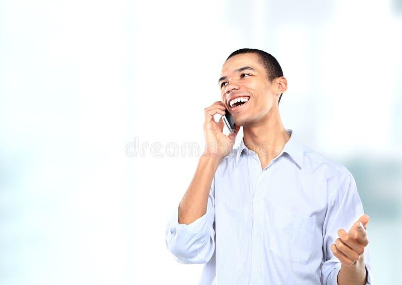 Afrikaanse Amerikaanse zakenman of mens die op zijn celtelefoon spreken stock afbeelding