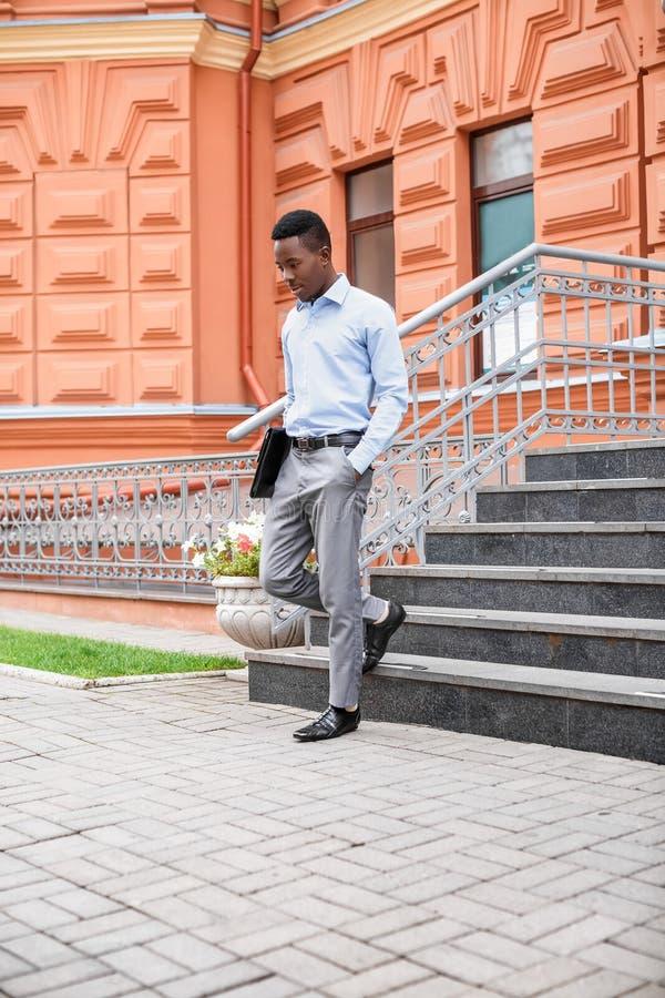 Afrikaanse Amerikaanse zakenman met aktentas royalty-vrije stock foto