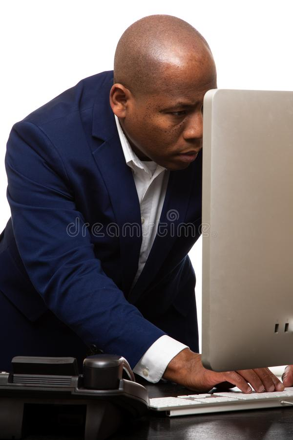 Afrikaanse Amerikaanse Zakenman Typing op Computer royalty-vrije stock foto