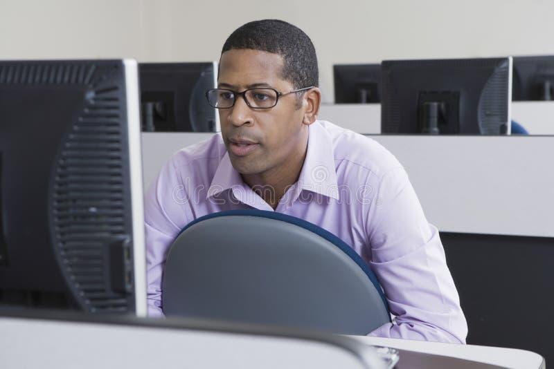 Afrikaanse Amerikaanse Zakenman Working On Computer stock afbeelding