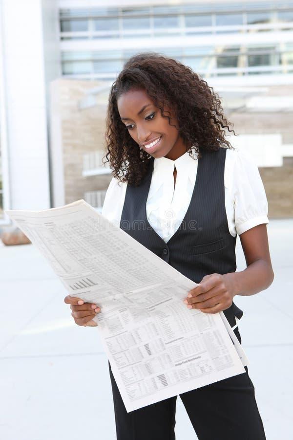 Afrikaanse BedrijfsVrouw met Krant stock foto's