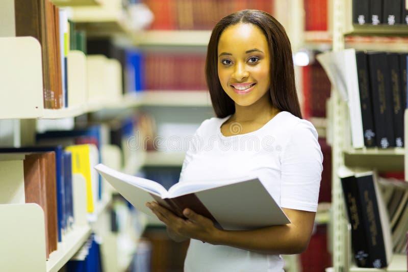 Afrikaanse de lezingsbibliotheek van het universiteitsmeisje stock afbeeldingen
